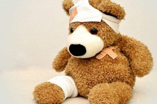Teddybär mit Pflastern und Bandagen